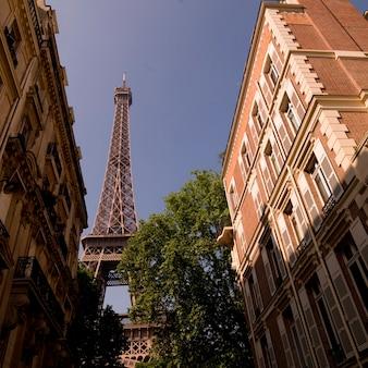 Torre eiffel atrás de edifícios