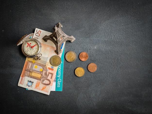 Torre eiffel com nota de 50 euros e cartão de embarque