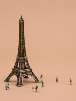 Torre eiffel em miniatura e turistas