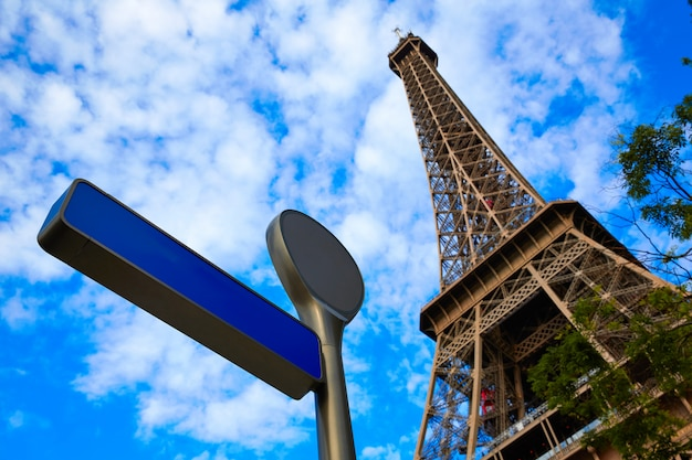 Torre eiffel em paris sob o céu azul frança