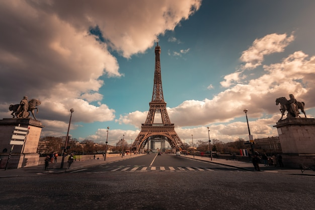 Torre eiffel mundialmente famosa no centro da cidade de paris, frança.