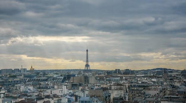 Torre eiffel no horizonte na frança