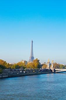 Torre eiffel sobre alexandre iii bridgeat na margem do rio sena, paris, frança