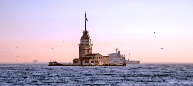 Torre inaugural no bósforo em istambul