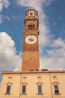 Torre lamberti em verona sob um céu azul, tiro vertical