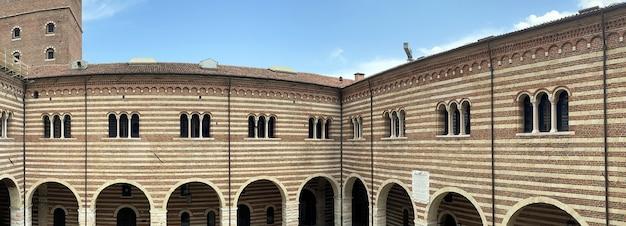 Torre lamberti na cidade de verona, na itália, no verão