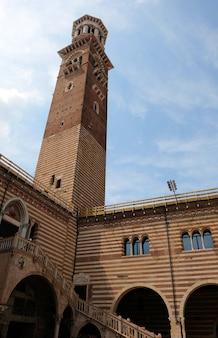 Torre lamberti na cidade de verona, na itália