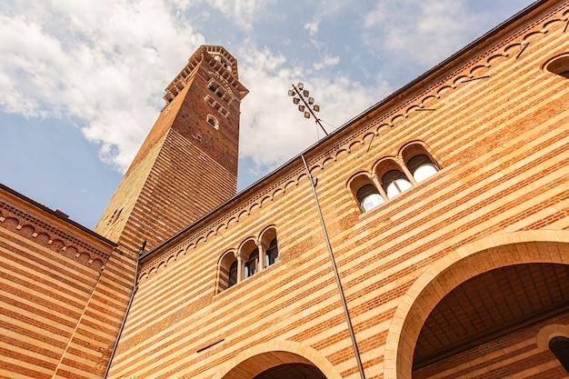 Torre lamberti vista da piazza dei signori em verona, itália