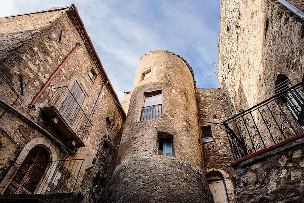 Torre medieval e construção em villalago, abruzzo