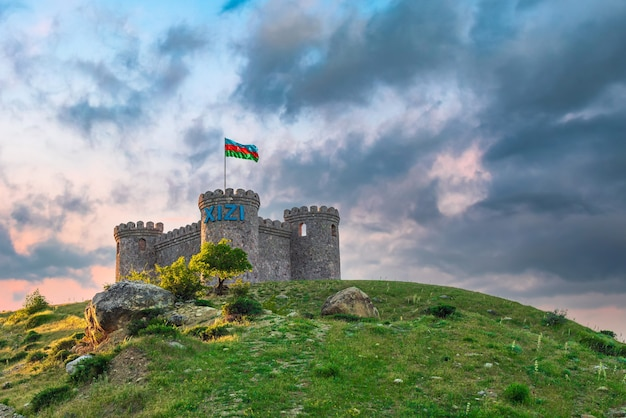 Torre na entrada da cidade de khizi. viagem azerbaijão