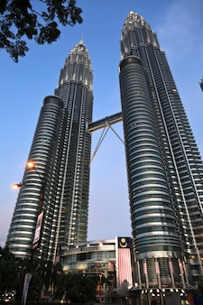 Torre petronas ao pôr do sol na malásia
