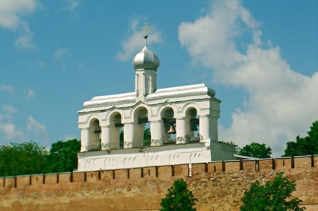 Torre sineira da catedral de santa sofia. veliky novgorod antiga cidade russa