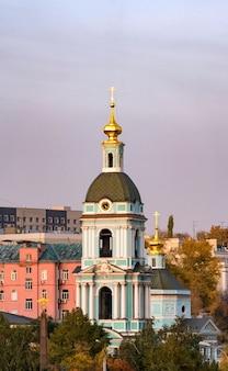 Torre sineira do antigo templo da trindade vivificante em serebryaniki, moscou.