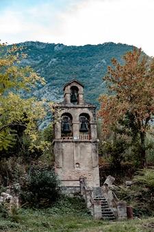 Torre sineira perto da aldeia prcanj. montenegro