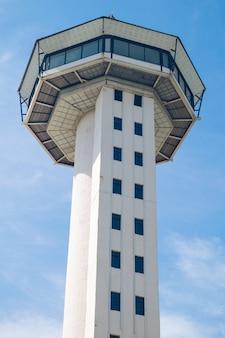 Torre sisaket no fundo do céu azul