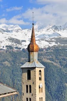 Torre típica da igreja em savoy -frança