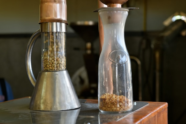Torrefação de grãos de café com ar quente em um processo de leito fluidizado.