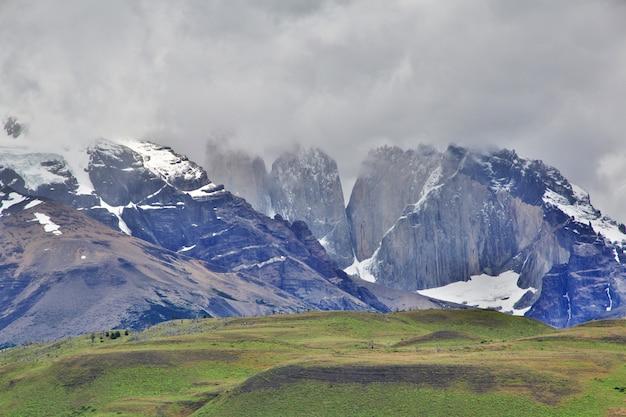 Torres azuis no parque nacional torres del paine, patagonia, chile