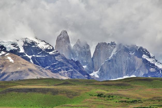 Torres azuis no parque nacional torres del paine, patagônia, chile