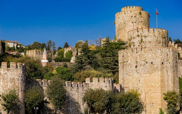 Torres cilíndricas do castelo de rumelian nas margens europeias do bósforo em istambul, turquia