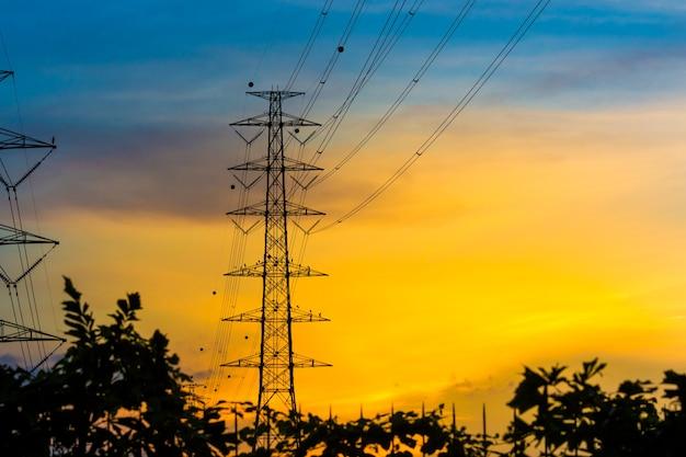 Torres de alta tensão ao pôr do sol