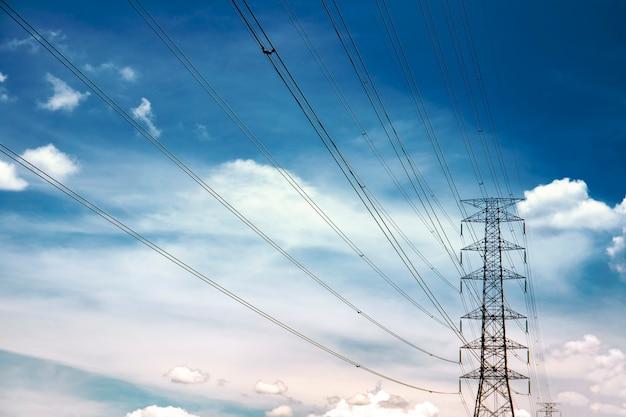 Torres de alta tensão com céu azul