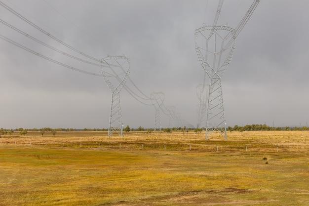 Torres de alta tensão. paisagem industrial típica