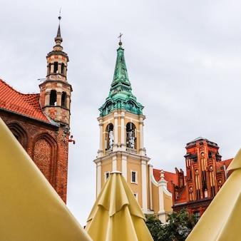Torres de igreja do espírito santo no centro histórico de torun polônia agosto