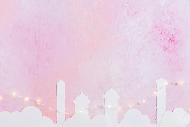 Torres de mesquita e guirlanda