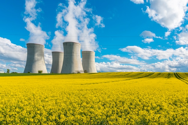 Torres de resfriamento de uma usina nuclear em uma bela paisagem estação de energia nuclear dukovany