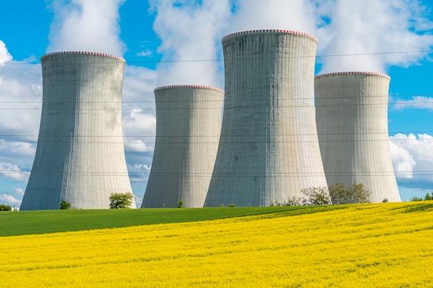Torres de resfriamento de usina nuclear em uma bela paisagem estação de energia nuclear dukovany