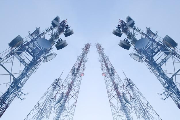 Torres de telecomunicações com antenas
