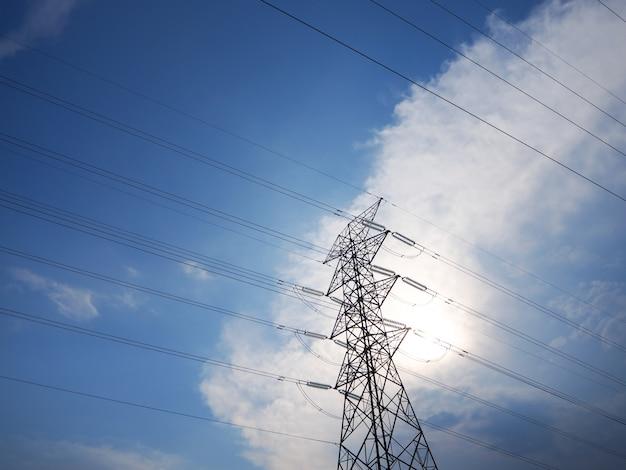 Torres de transmissão de alta tensão em meio ao lindo céu