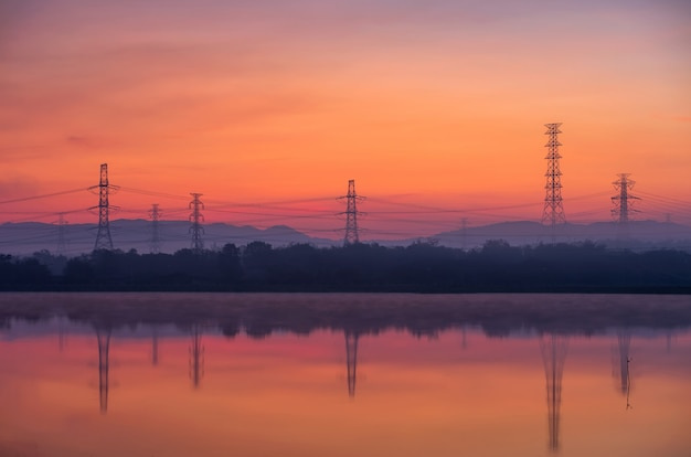 Torres de transmissão elétrica no nevoeiro