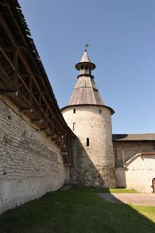 Torres do antigo kremlin em pskov, rússia