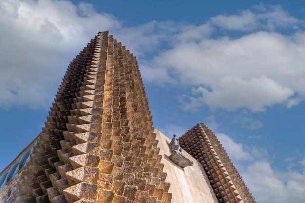 Torres do belo santuário de aranzazu na cidade de oñati, gipuzkoa. sítios emblemáticos do país basco