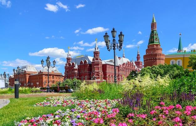 Torres do kremlin de moscou e o museu histórico do estado na praça vermelha em um dia ensolarado, rússia