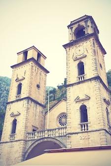 Torres do sino da catedral de st. tryphon em kotor, montenegro. imagem filtrada de estilo retro