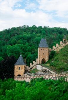 Torres e muro protetor do castelo karlstejn na república tcheca