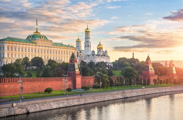 Torres e templos do kremlin de moscou, aterro do kremlin e a água do rio moscou