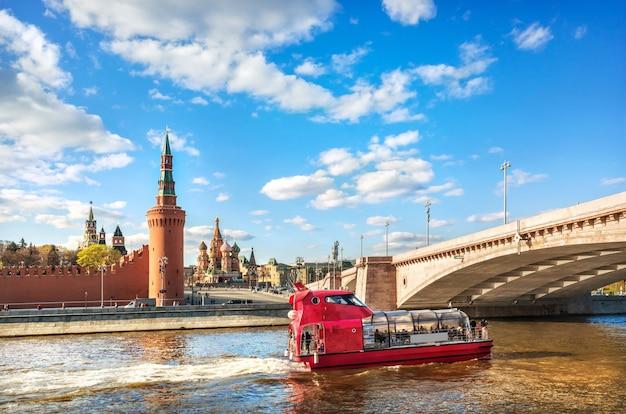 Torres e templos do kremlin e um navio de recreio no rio moskva em moscou