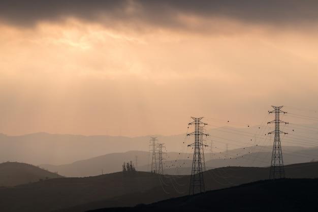 Torres elétricas na névoa