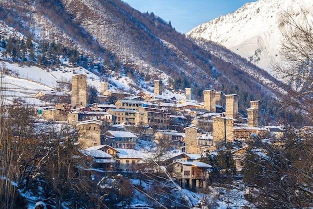 Torres medievais em mestia nas montanhas do cáucaso, upper svaneti, geórgia.