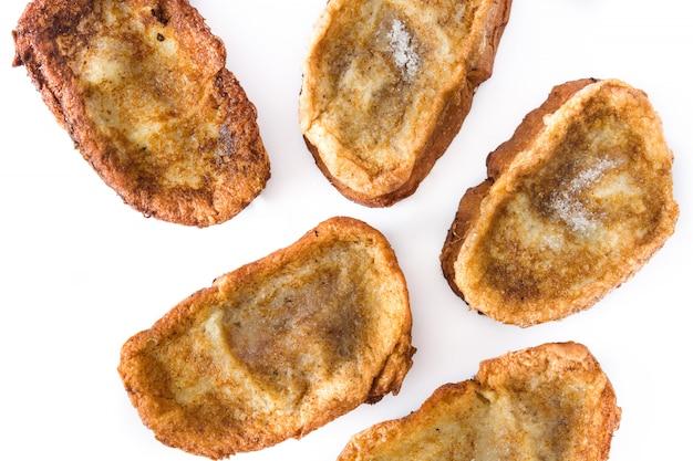 Torrijas espanholas caseiros tradicionais isoladas na sobremesa da páscoa da superfície branca.