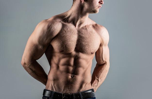 Torso com tanquinho e músculo abdominal. abs e bíceps. cara forte e brutal. torso sexy. homem bonito grandes músculos posando no estúdio. homem musculoso e sexy. homem forte sexual bonito com corpo musculoso.