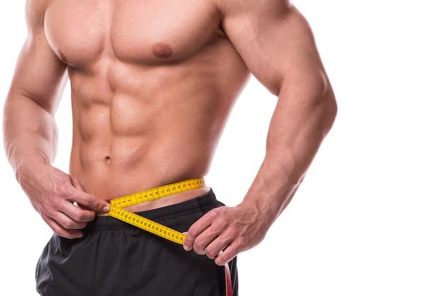 Torso masculino e fita métrica