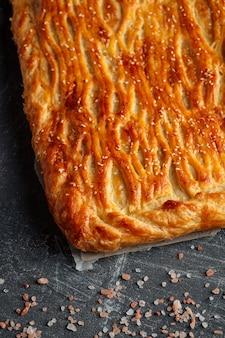 Torta assada fresca com recheio de carne e batata