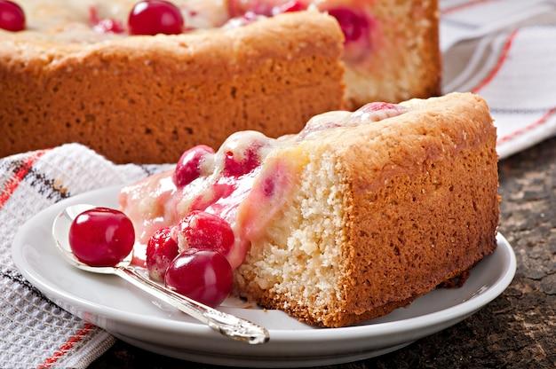 Torta caseira com cerejas e creme