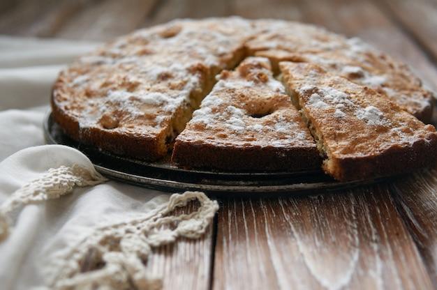 Torta caseira com cerejas e maçãs. comida de estilo rústico