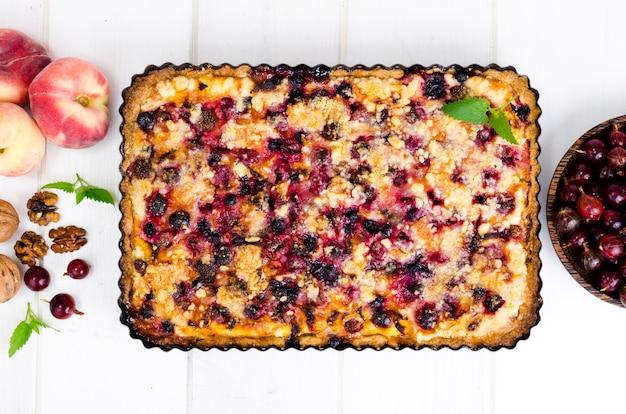 Torta caseira com frutas, frutos e nozes em forma de luz de fundo.